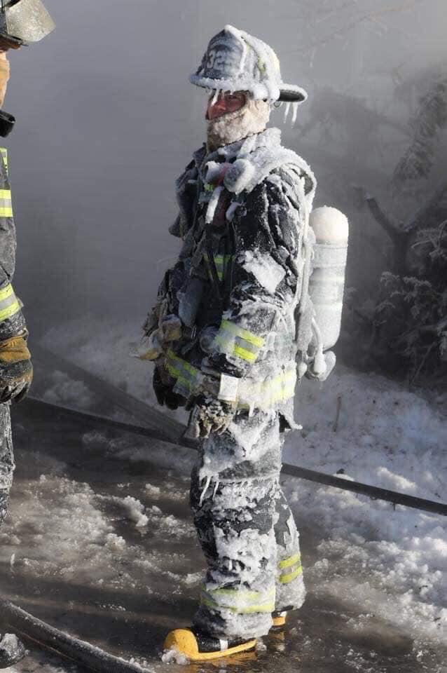 Bombero-con-su-traje-congelado.jpg